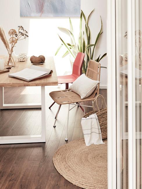 Horoscoop waterman: houten tafel met comfortabele stoelen
