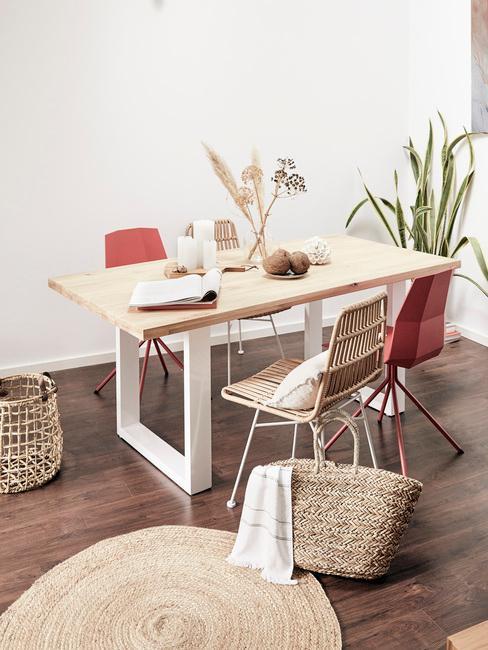 Houten tafel met comfortabele stoelen