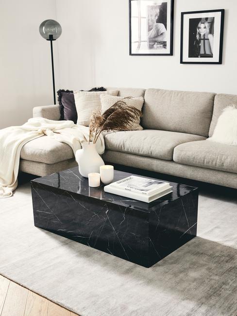 Horoscoop Boogschutter: zitbank naast een zacht vloerkleed en salontafel in zwart