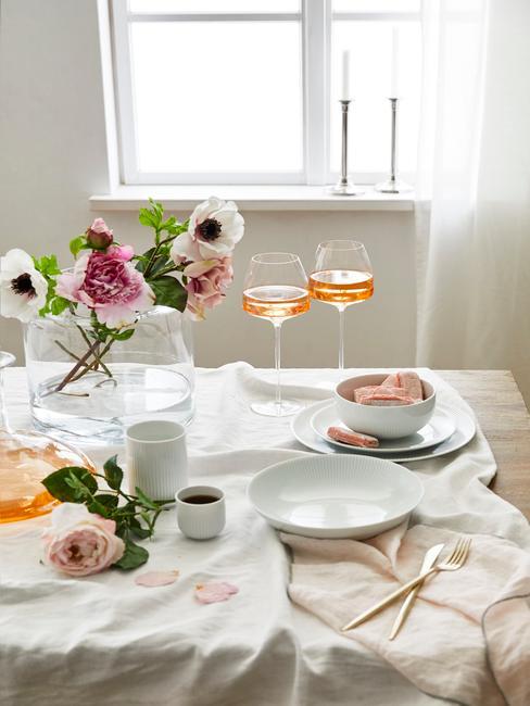 Horoscoop Weegschaal: gedekte tafel met veel kaarsen en bloemen als tafeldecoratie