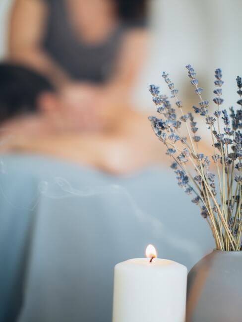 Lavendel in vaas naast een kaars