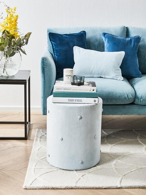 Comfortabele zitbank met sierkussens in blauwe tinten