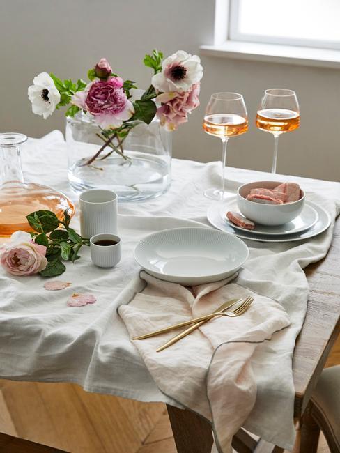 gedekte tafel voor 2 met wijn