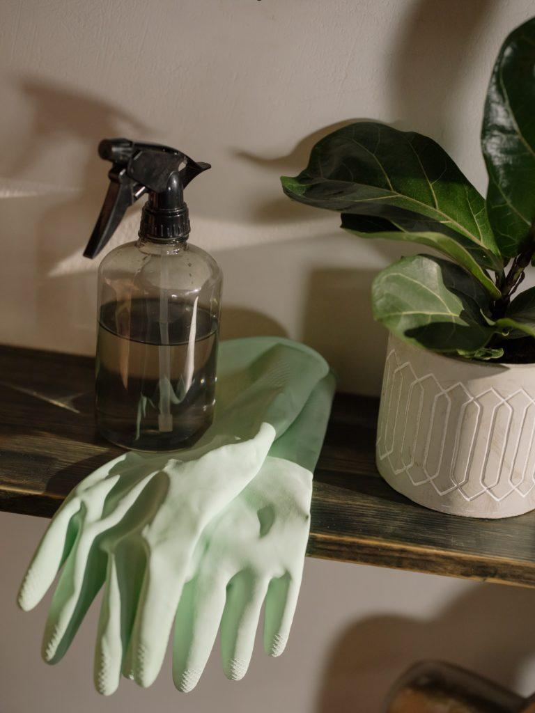 handschoenen en een bruine spuitfles