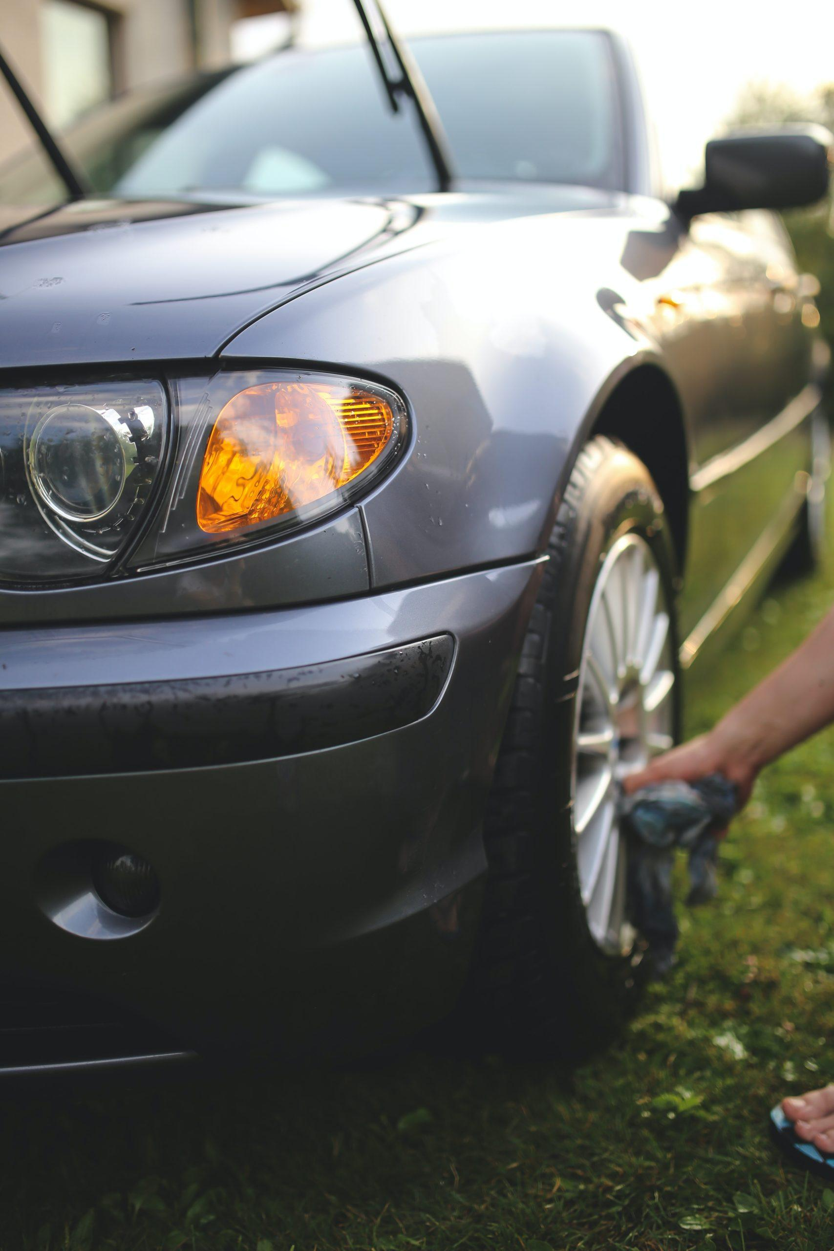 grijze auto met zilvere velgen