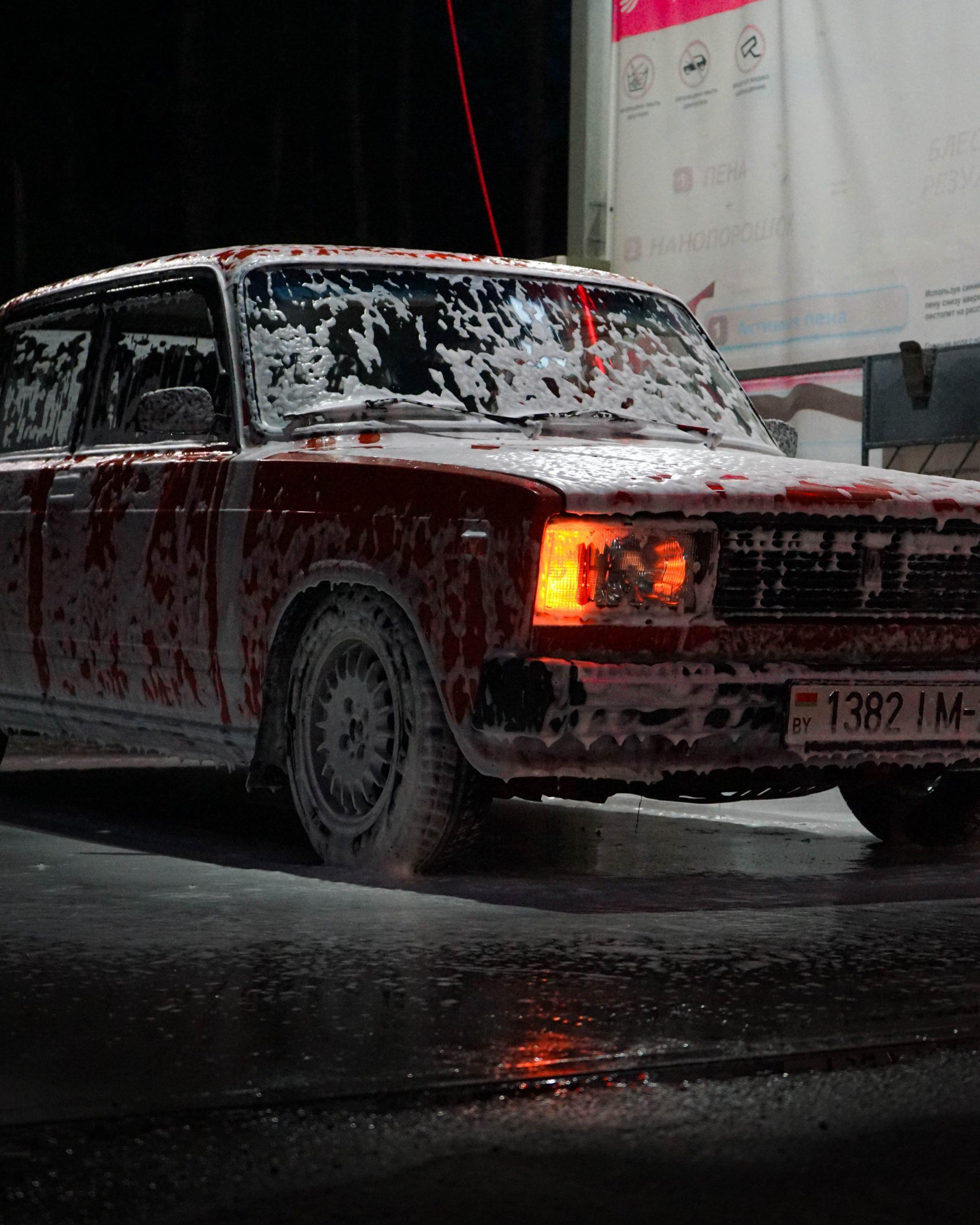 rode auto onder het zeep