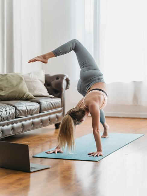 Yoga thuis beoefenen in een grote lichte kamer