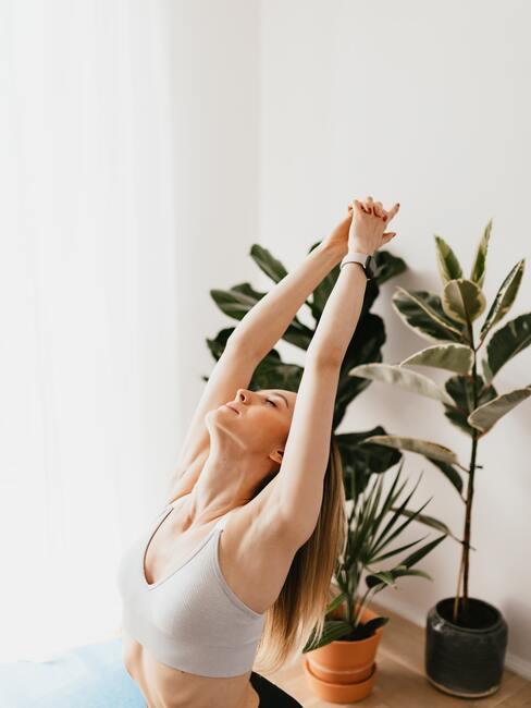 vrouw doet aan yoga thuis