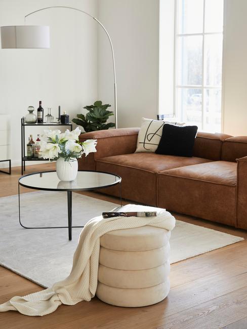 Bruine Lennon sofa met witte alto poef