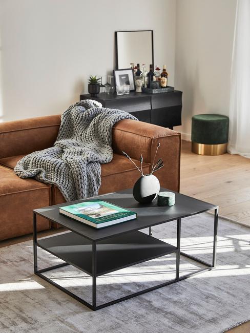 Bruine Lennon sofa met grijs chunky knit plaid
