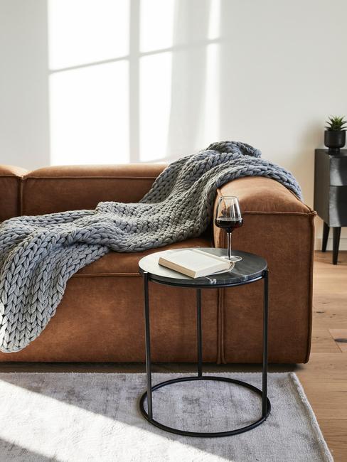 Bruine Lennon sofa met grijs chunky knit kleed