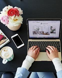 Werken op een laptop met een bos bloemen ernaast