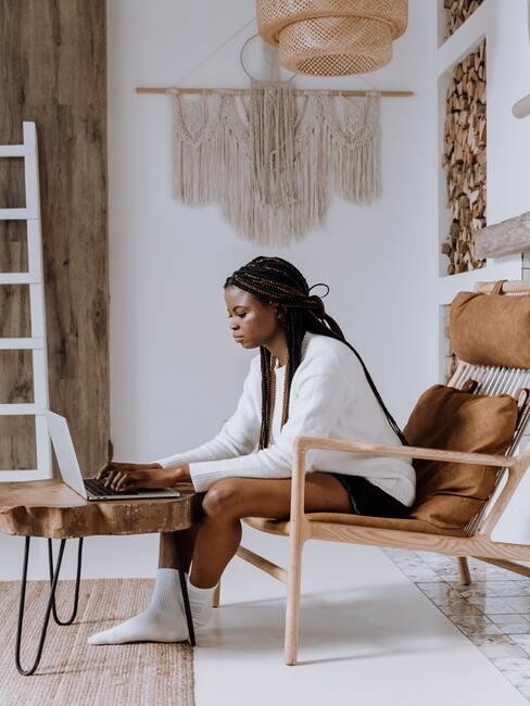 Vrouw werkt aan houten tafel