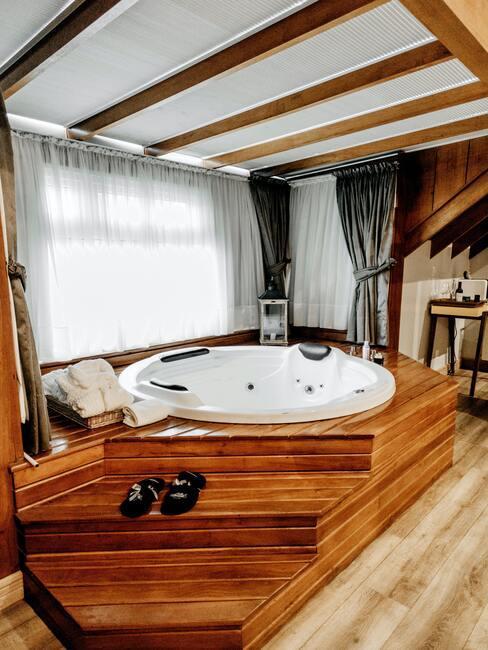houten bubbelbad in een spa hotel