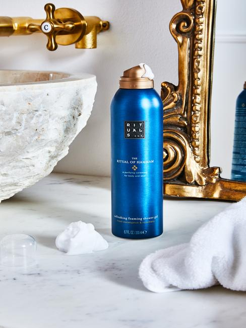 rituals shower gel in badkamer met barok spiegel
