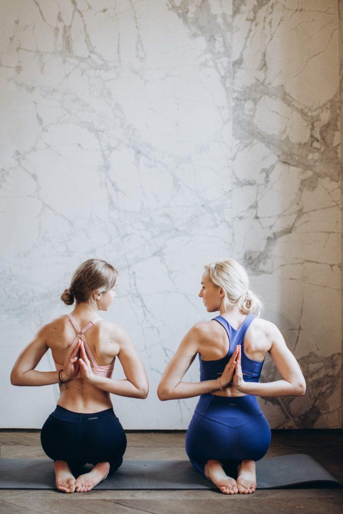 twee vrouwen doen oefeningen tegen rugpijn