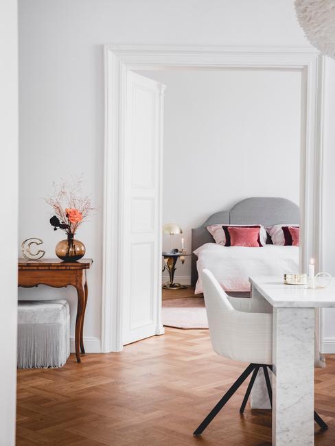 Klassieke woonkamer met witte fauteuil
