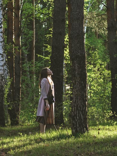 vrouw staat in het bos en adment