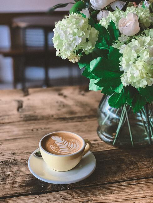 Verse bloemen in transparante vaas