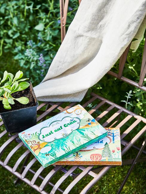 Rotan stoel in de tuin met plaid