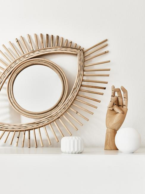 Decoratief object op witte dressoir