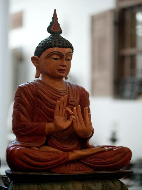 Buddha beeld in meditatie positie
