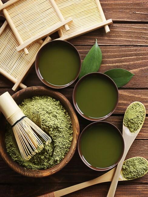 een japanse thee ceremonie met groene matcha thee