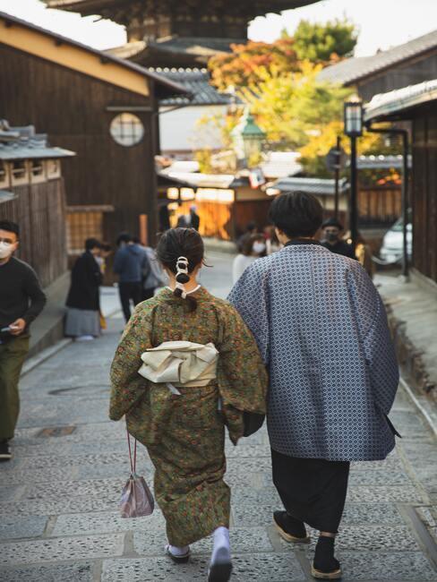 stel loopt door Japanse straat