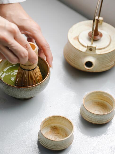 Japanse thee ceremenie houdt in dat de thee fijngestampt wordt