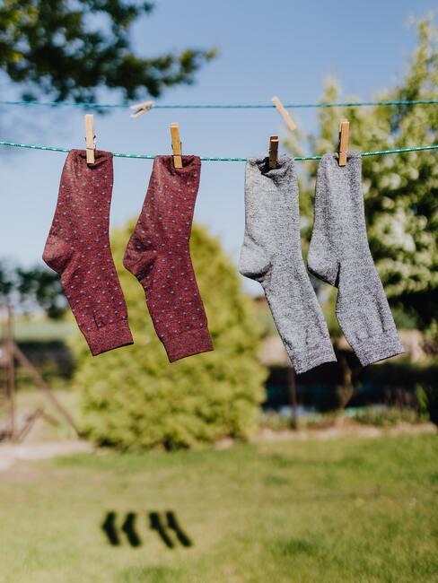 gekleurde sokken hangen buiten de drogen aan waslijn