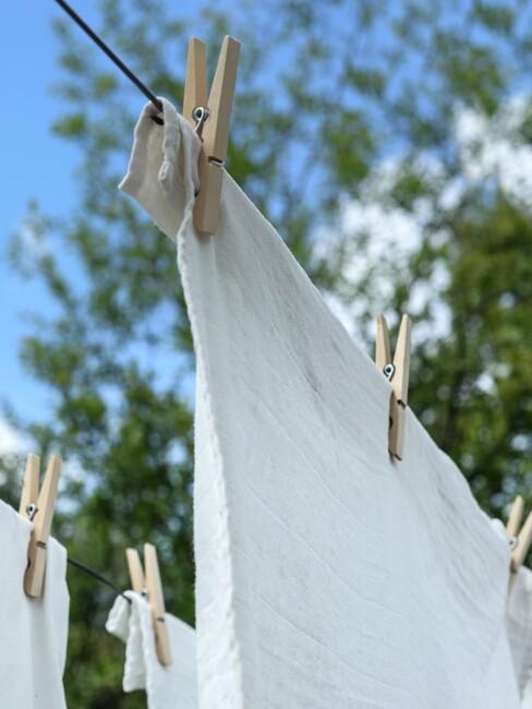 handdoeken hangen buiten te drogen aan waslijn
