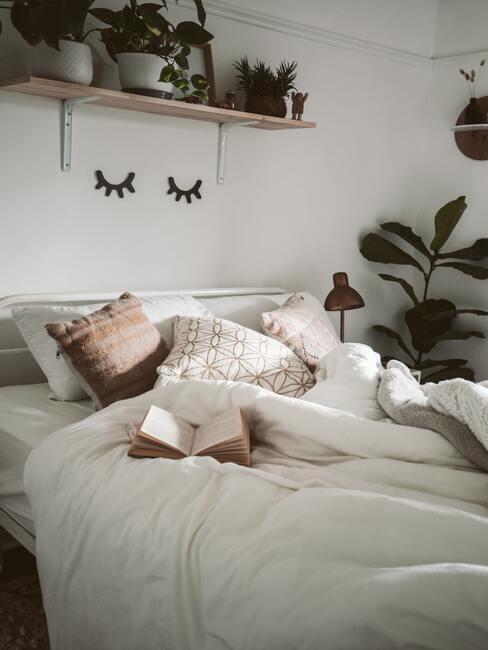 Bed met kussens en boek