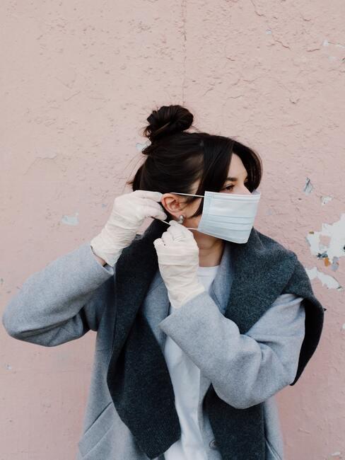 Vrouw draagt mondkapje