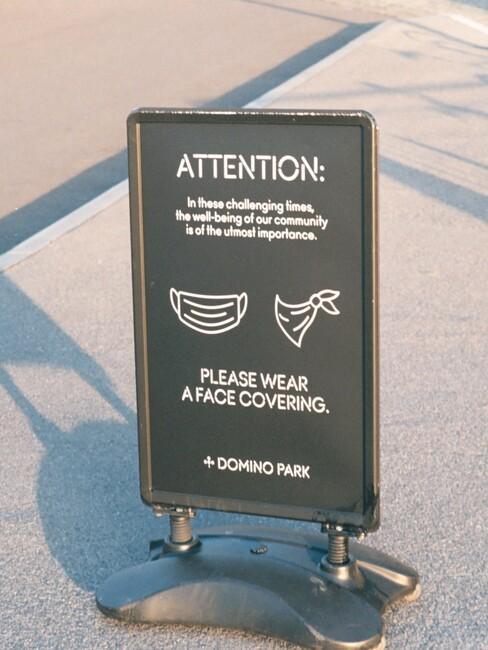 Waarschuwingsbord met tekst dat je verplicht een mondkapje moet dragen