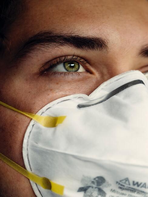 Vrouw draagt medisch mondkapje