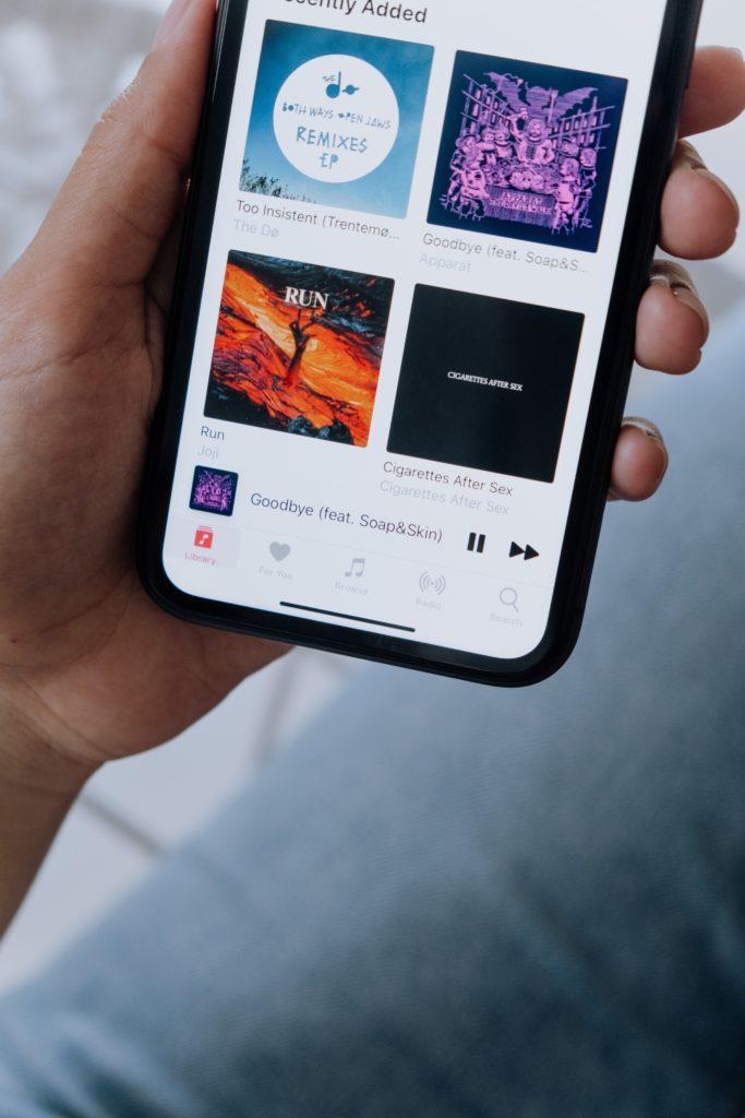 smartphone in een hand