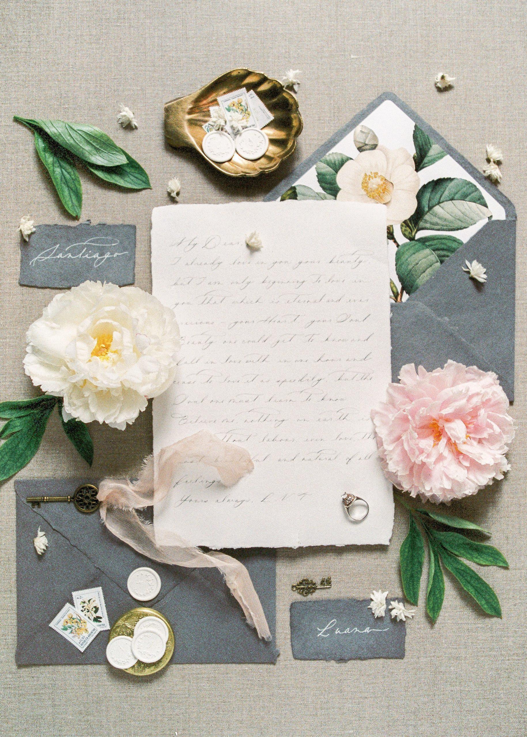 Brief op tafel met bloemen en grijze kaartjes