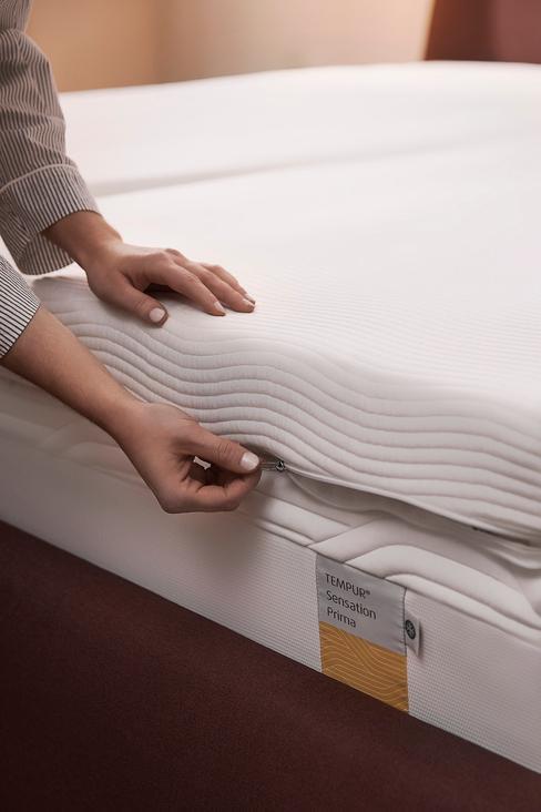 wit matras met een hand