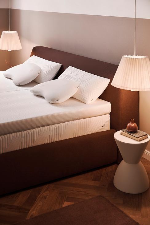 rood bed met een wit nachtkastje