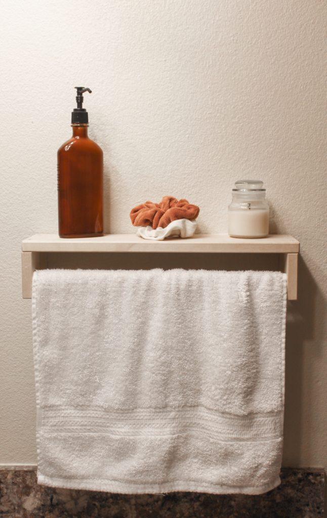 witte handdoek met een houten plank met bruine zeep