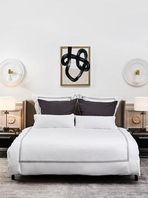 twee persoonsbed met abstract schilderij