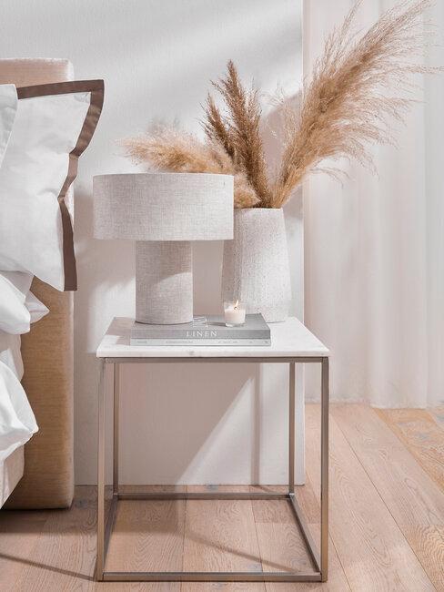 bijzettafel met pampasgras en lamp