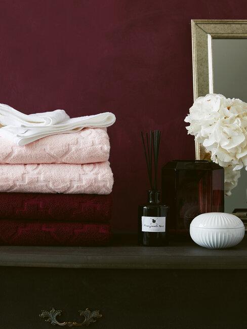 wijnrode muur en roze handdoeken en zeepje