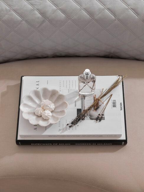 notitieboekje met pen en schaaltje