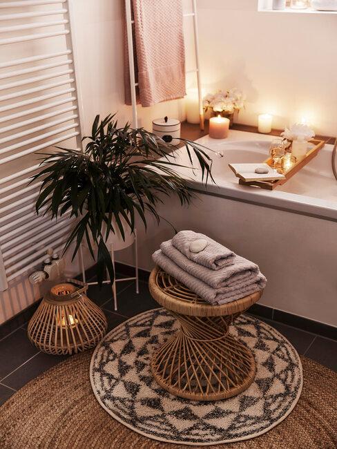 badkamer met rond kleed en plant