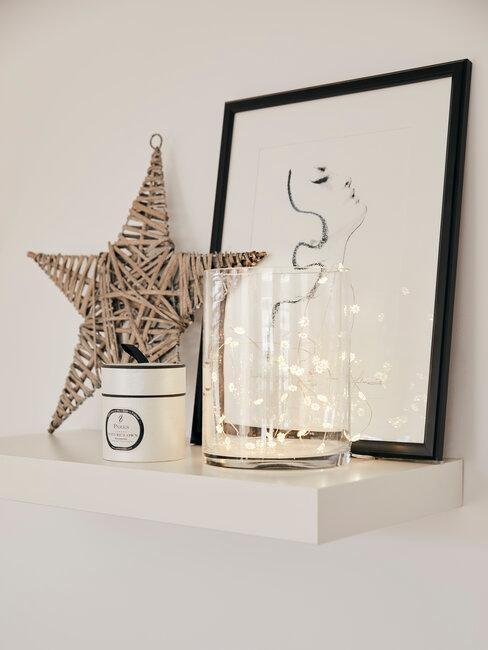 ster met schilderij op een witte kast