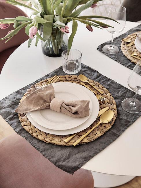 gouden onderbord en wit bord met servet