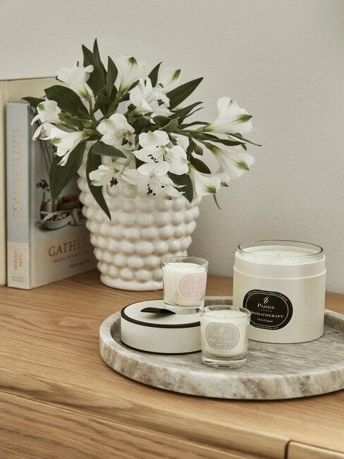 vaas op een houten bijzettafel met dienblad