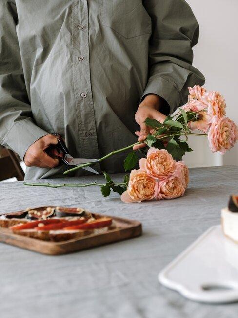 Rozen snoeien aan tafel