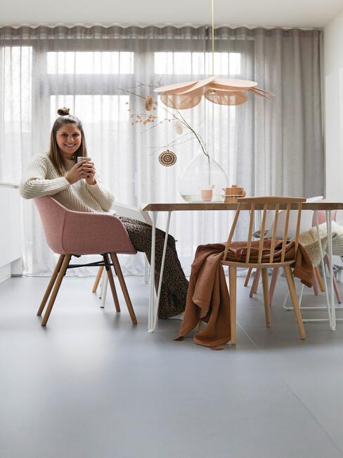 Mariet zit in haar woonkamer aan de eettafel